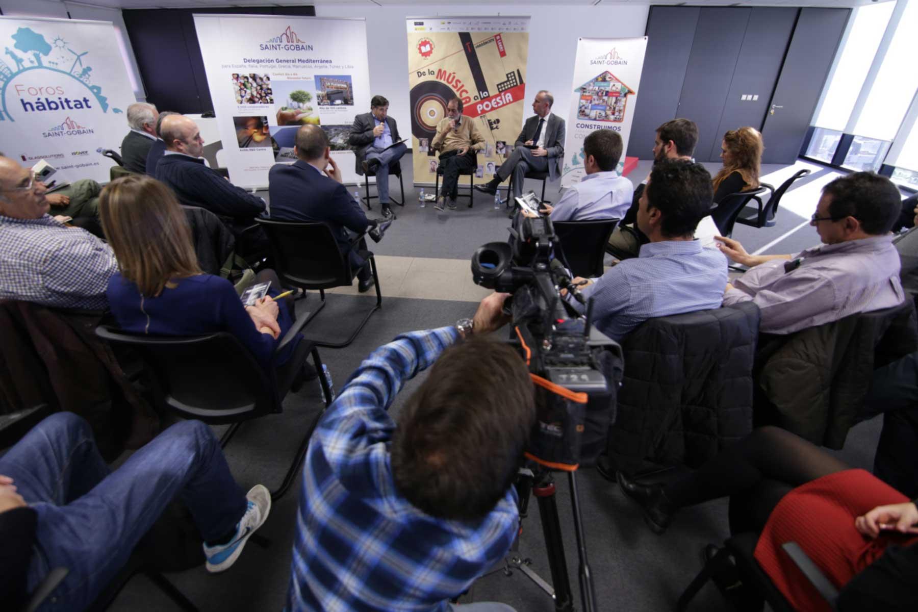 Saint-Gobain celebra con el poeta Pablo Guerrero el encuentro 'Los libros, a las fábricas'