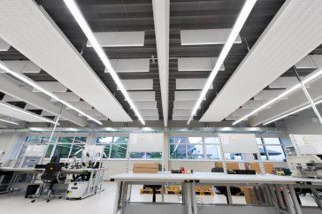 Ganar en luminosidad con techos OPTIMA Baffles de Armstrong 5