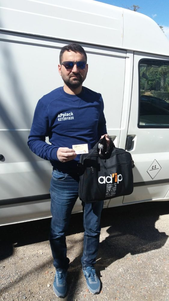 nuestro compañero de Valencia , Aurel Popescu recibe nuestra mochila